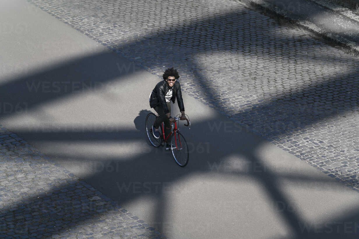 Elevated view of smiling man with sunglasses riding bicycle - SBOF00711 - Steve Brookland/Westend61