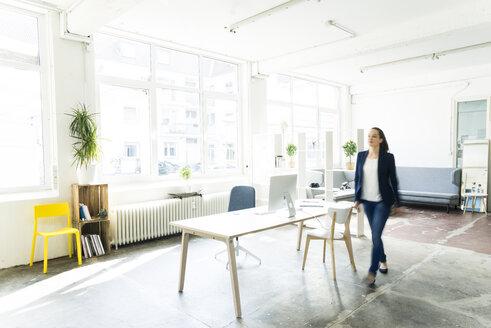 Businesswoman walking in a loft - JOSF01760