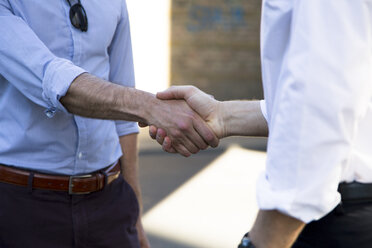 Close-up of two businessmen shaking hands - FKF02568