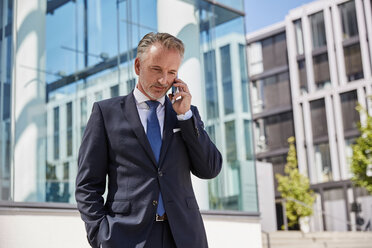 Portrait of businessman on the phone - SUF00282