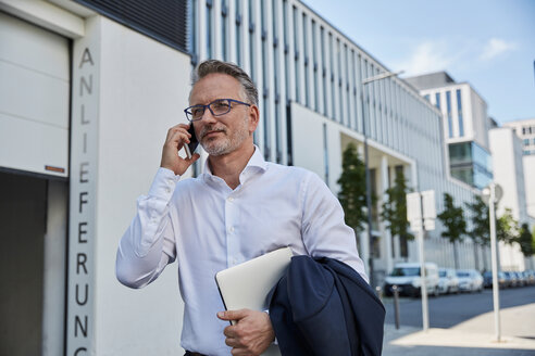 Portrait of businessman on the phone - SUF00297