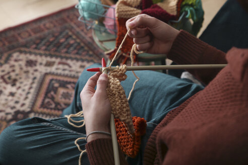 Man knitting scarf, partial view - RTBF01011