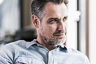 Portrait of businessman looking sideways - UUF11718