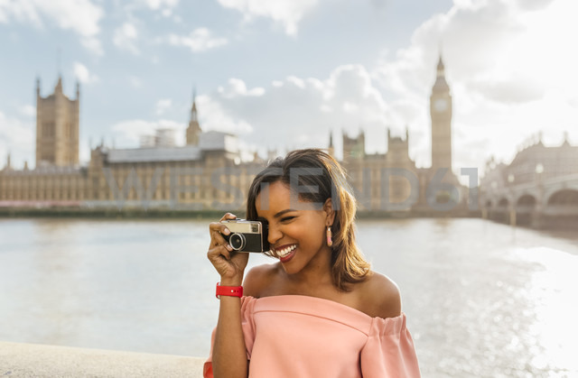 UK, London, beautiful woman taking a picture near Westminster Bridge - MGOF03643 - Marco Govel/Westend61