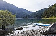 Germany, Bavaria, Eibsee, surfboard at lakeshore - TCF05448