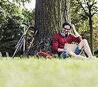 Man using laptop in park - UUF11747