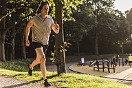 Man jogging in park - UUF11762