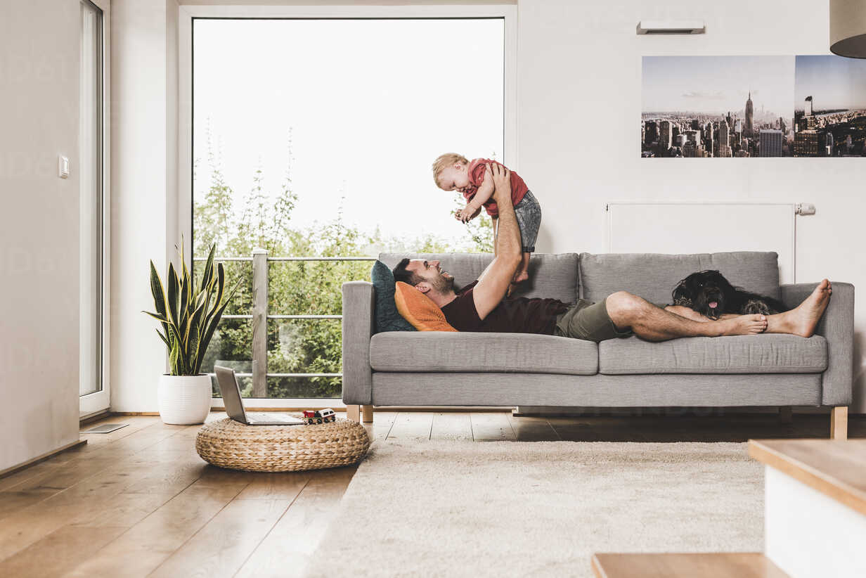 Father playing with his son at home - UUF11769 - Uwe Umstätter/Westend61