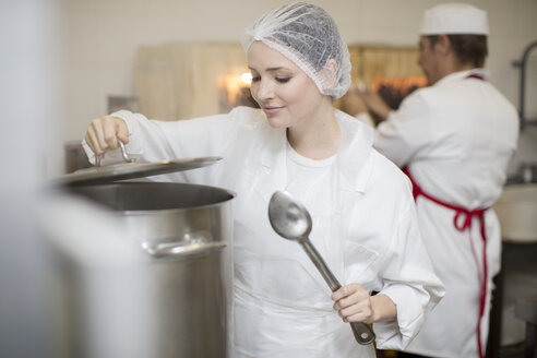 Woman cooking in a canteen kitchen - ZEF14614