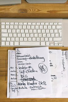 To-do list next to computer keyboard - JUBF00273