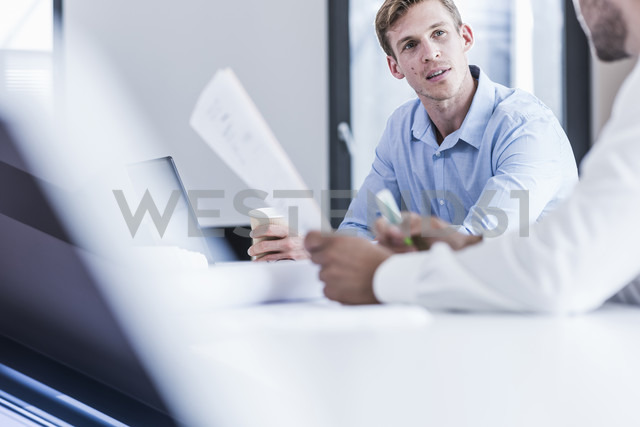 Two colleagues in office working together - UUF11870 - Uwe Umstätter/Westend61