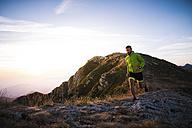 Italy, man running on mountain trail - SIPF01788