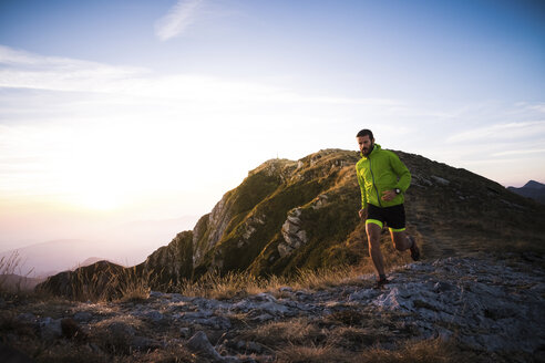 Italy, man running on mountain trail - SIPF01788