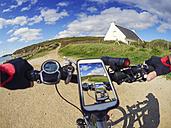 France, Bretagne, Sainte-Anne la Palud, Plage de Treguer, cell phone on mountain e-bike - LAF01908