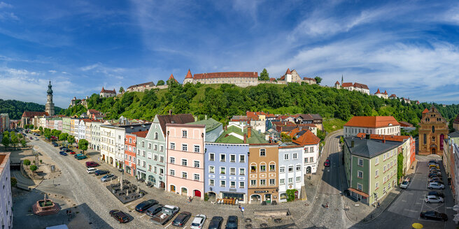 Germany, Bavaria, Burghausen, panoramic city view of old town and castle - YRF00164