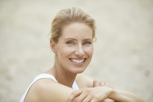 Portrait of laughing blond woman on the beach - PNEF00041