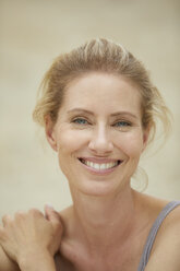 Portrait of laughing blond woman on the beach - PNEF00044