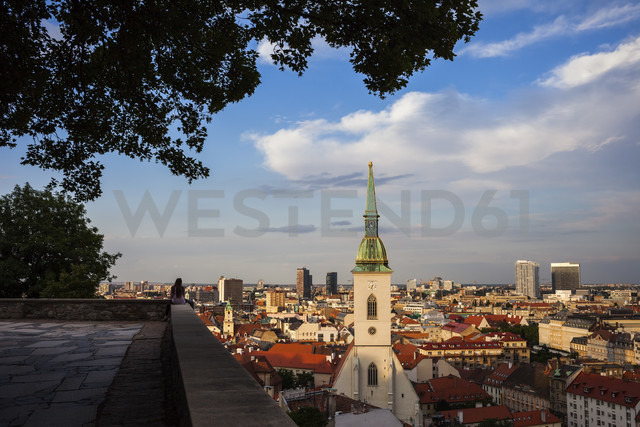 Slovakia, Bratislava, cityscape at sunset with St. Martin's Cathedral from hilltop terrace - ABOF00278 - Artur Bogacki/Westend61