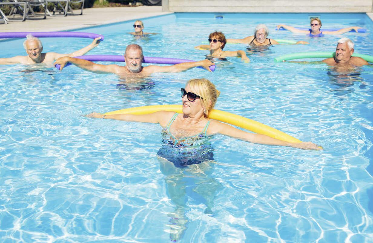 Group of seniors doing water gymnastics in pool - PNPF00096 - Nullplus/Westend61