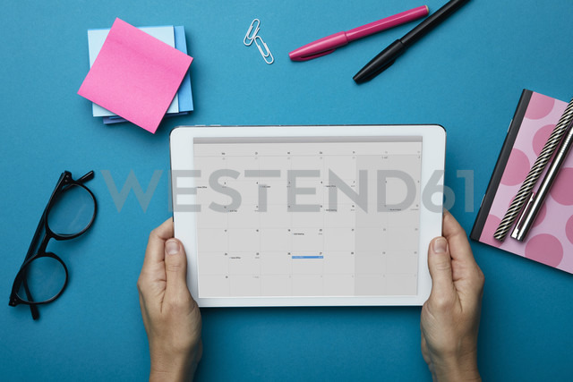 Top view of woman holding tablet with calendar on desk - RBF06085 - Rainer Berg/Westend61
