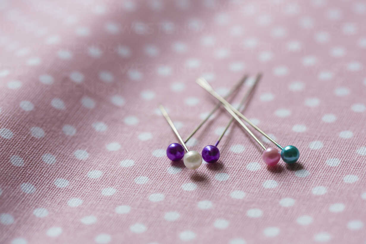 Fixing pins on cloth - NGF00427 - Nadine Ginzel/Westend61