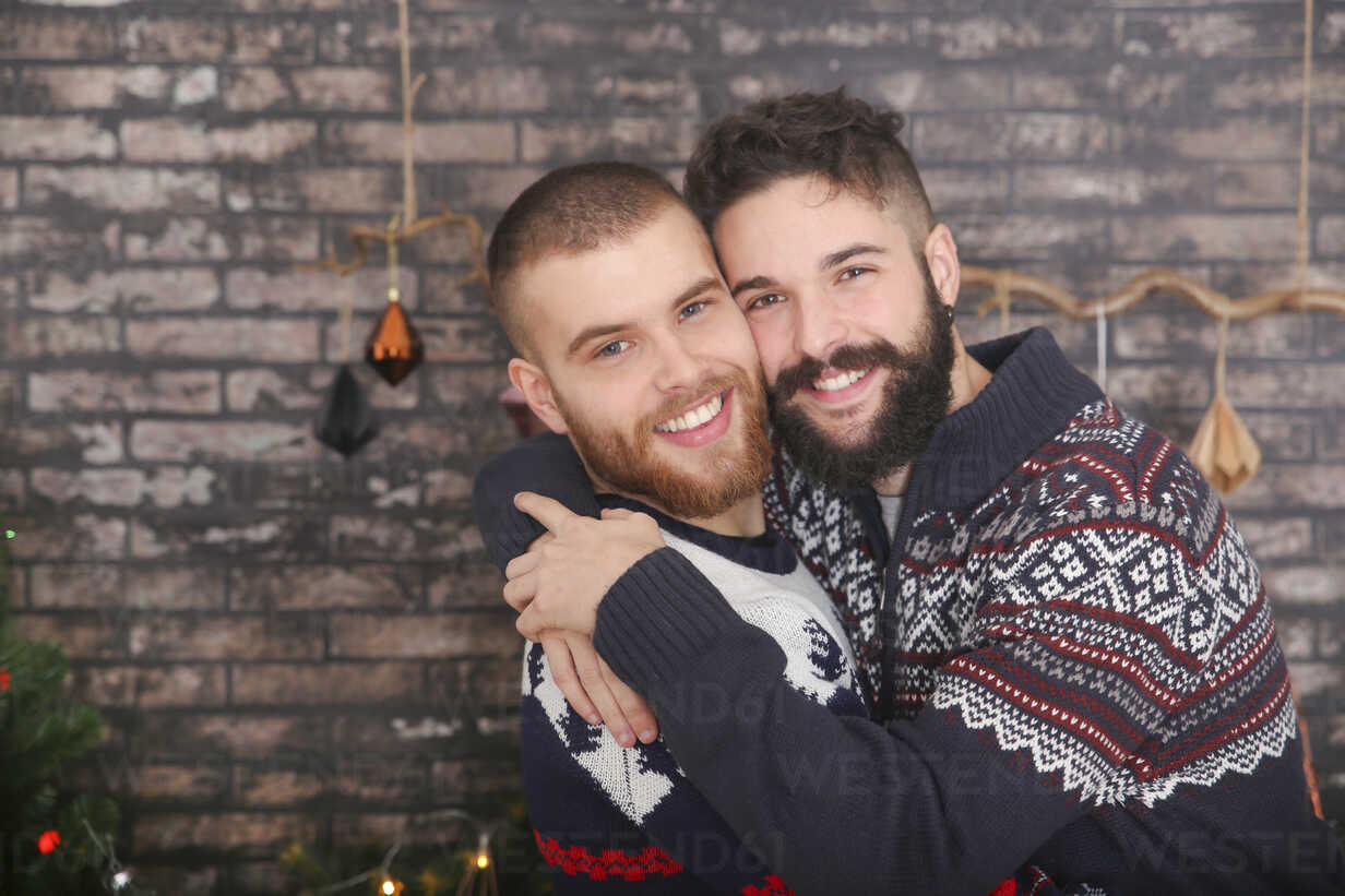 Portrait of happy gay couple embracing at Christmas - RTBF01032 - Retales Botijero/Westend61