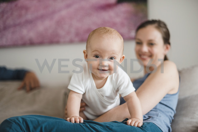 Portrait of baby girl with mother at home - DIGF02876 - Daniel Ingold/Westend61