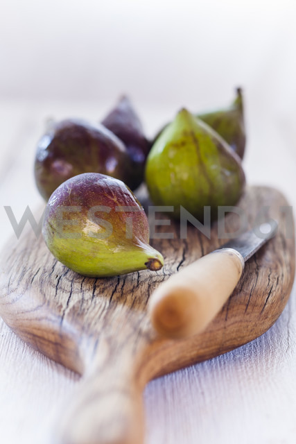 Figs and knife on wooden board - SBDF03312