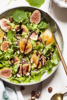 Platter of green salad with figs, Crema di Balsamico, honey hazelnuts and baked goat cheese - SBDF03315