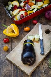 Preparing Mediterranean oven vegetables - LVF06342