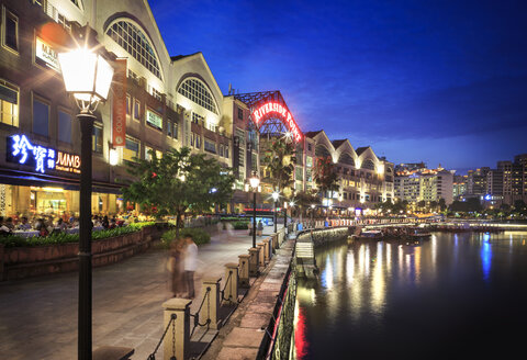 Singapore, Clarke Quay, Riverside Point by night - VTF00593