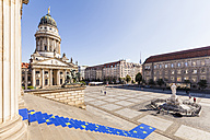 Germany, Berlin, Gendarmenmarkt, view to French Cathedral with perron of Konzerthaus in the foreground - WDF04169