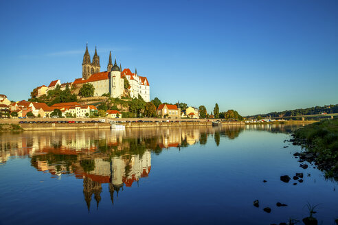 Germany, Meissen, view to lighted Albrechtsburg castle with Elbe River in the foreground - PUF00806