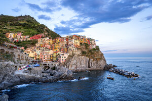 Italy, Liguria, Cinque Terre, Manarola in the evening - PUF00839