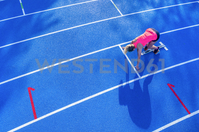 Top view of female runner in starting position - STSF01330 - Stefan Schurr/Westend61