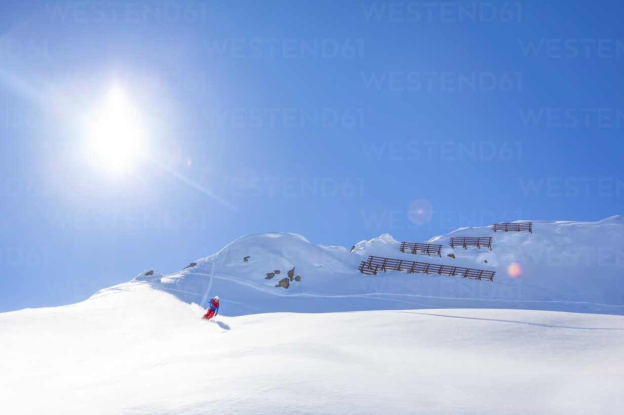 Austria, Bludenz, skier in powder snow - MMAF00167 - Michael Malorny/Westend61