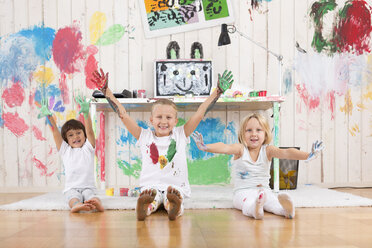 Three girls painting office with finger paint - DRF01729
