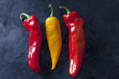 Red and yellow pointed peppers - CSF28462