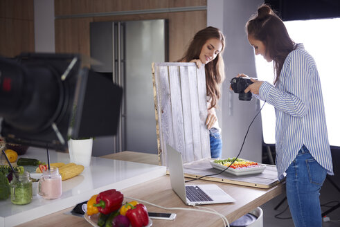 Bloggers photographing food in kitchen - ABIF00058