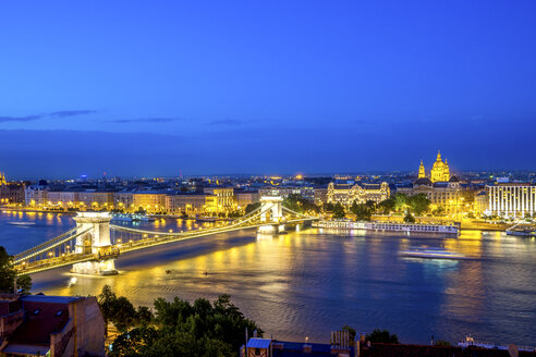 Hungary, Budapest, View from Buda to Pest with Chain bridge, blue hour - PUF00872
