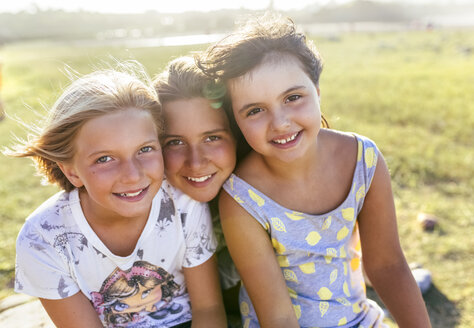 Group picture of three girls head to head in summer - MGOF03661
