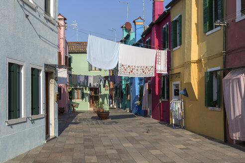 Italy, lagoon of Venice, Burano, colorful houses and laundry hanging out to dry - RPSF00030