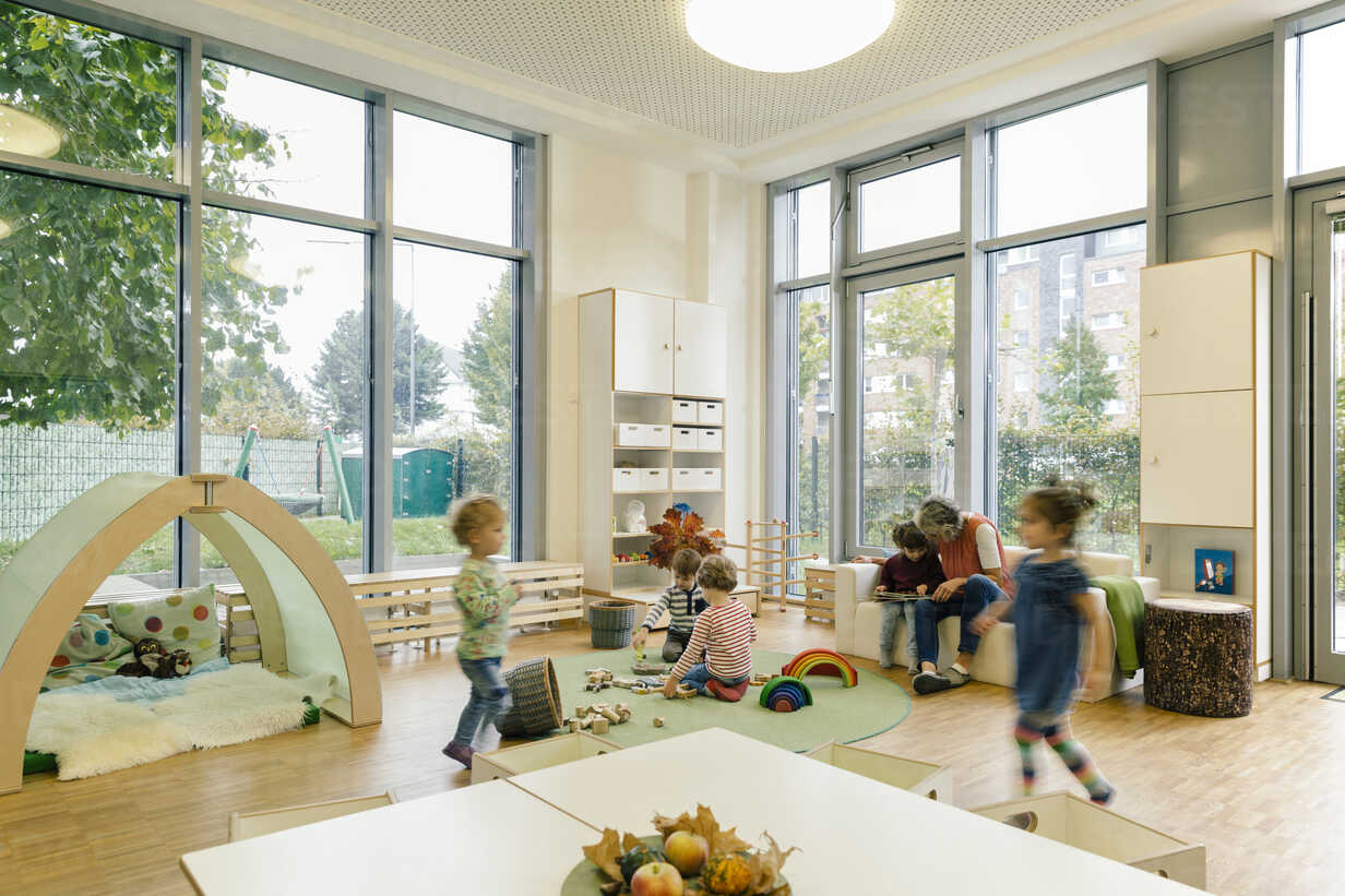 Pre-school teacher and children in playing in learning room in kindergarten - MFF04064 - Mareen Fischinger/Westend61