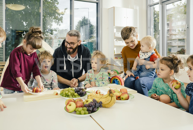 Group of children and teachers preparing fruit in kindergarten - MFF04070