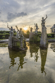 Germany, Lower Saxony, Hanover, Herrenhaeuser Gaerten, Neptun Fountain at sunset - PVCF01128