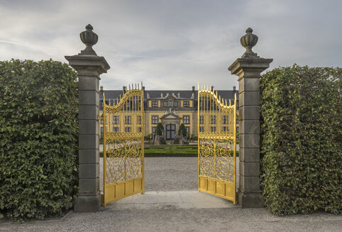 Germany, Lower Saxony, Hanover, Herrenhaeuser Gaerten, Orangenparterre, Galery in the background, Golden Gate - PVCF01169