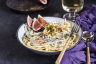 Spaghetti al gorgonzola, spaghetti with gorgonzola sauce, figs and white wine - SBDF03371