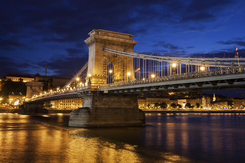 Hungary, Budapest, Chain Bridge at dusk on Danube river - ABOF00298