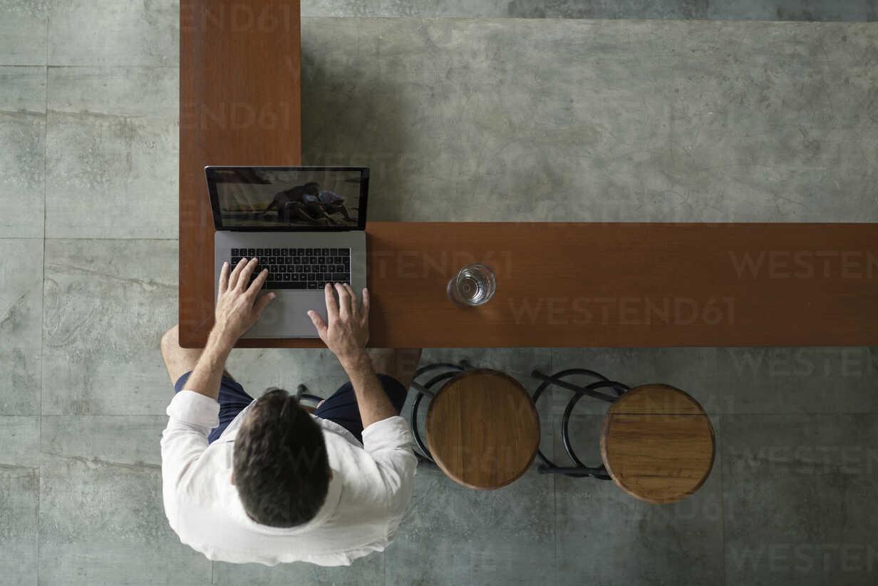 Mature man sittiing in kitchen, using laptop - SBOF00865 - Steve Brookland/Westend61