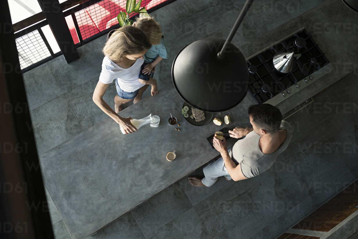 Family preparing healthy breakfast in comfortable kitchen - SBOF00889 - Steve Brookland/Westend61